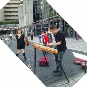 伊丹城跡前公園で演奏
