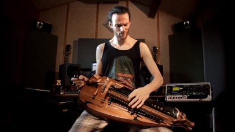 楽器動画:いっちゃってるハーディーガーディー弾きさん達