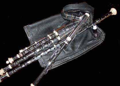 近年物凄い勢いで演奏する人が増えています。アイルランドのバグパイプ:アイリッシュパイプ (Irish Pipes、Uilleann Pipes)