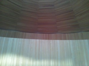 天井には穴が開いていてそこまでは木材で作られています。