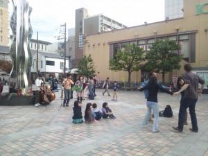 広場でダンスのワークショップ