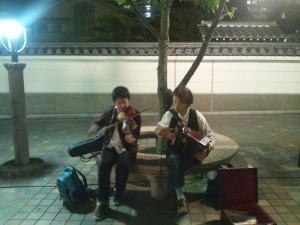 吉田さん(コンサーティナ)、村上さん(フィドル)