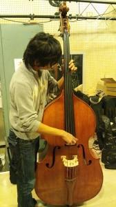 寅さん、ベース弾いてます。