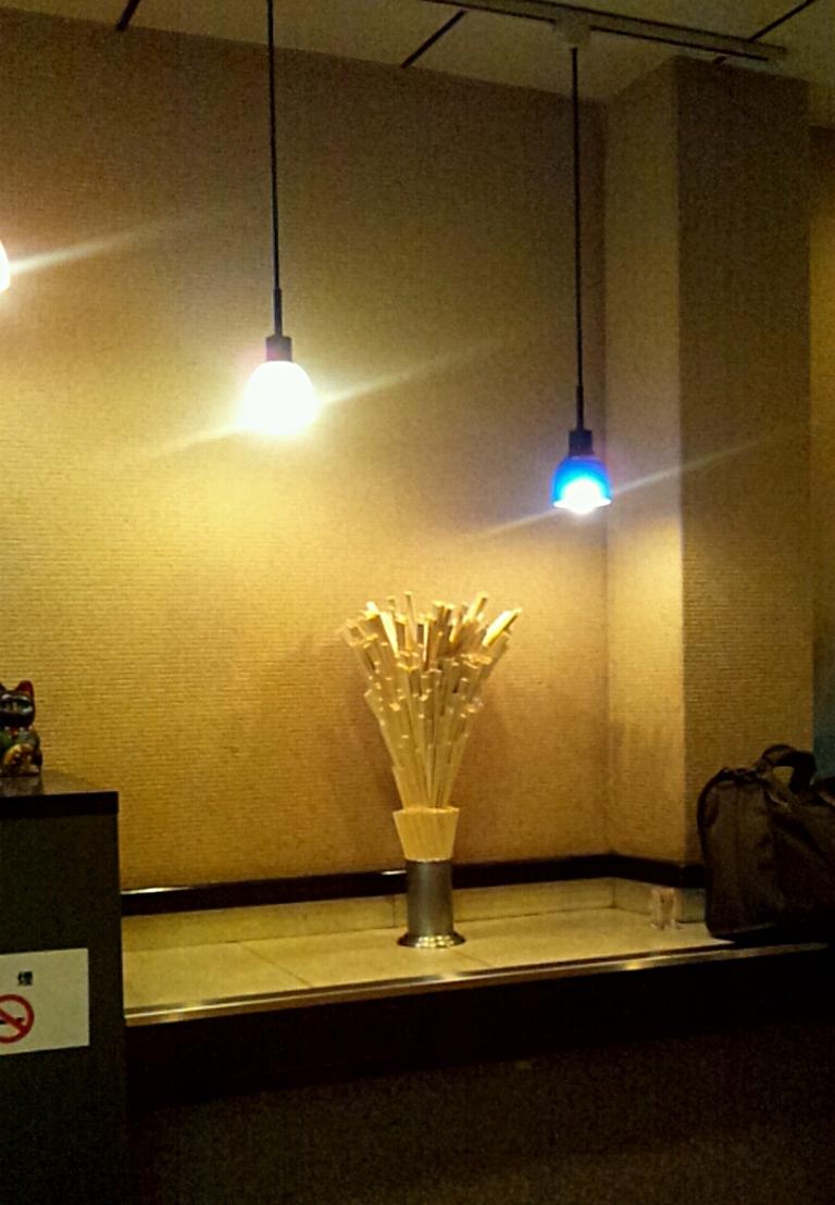 南海難波駅にある立ち食いうどん屋さんの割り箸は生け花の様です(^_-)